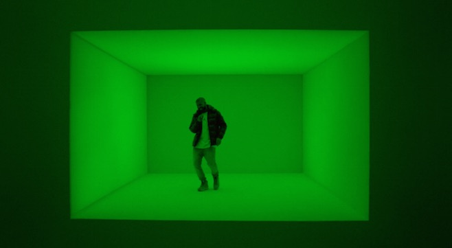 Drake dans un cube changeant de couleur  Image via YouTube