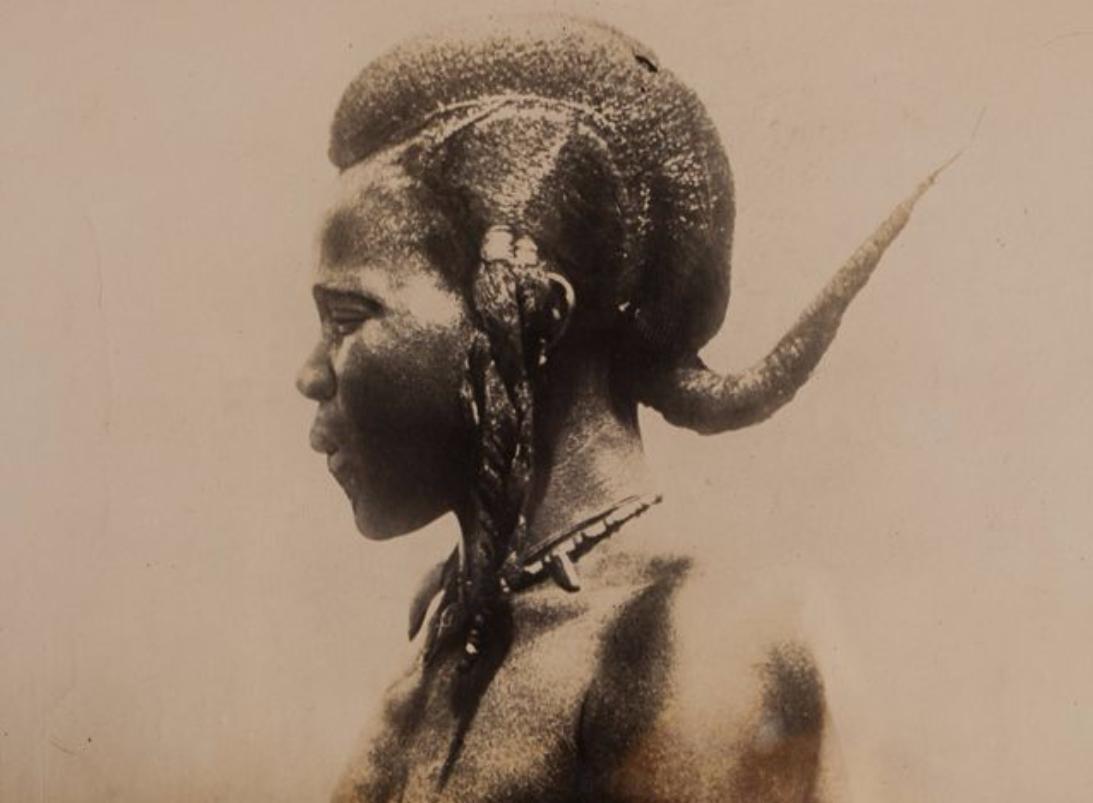 Portrait d'une femme avec une coiffure originale. Afrique. Tirage argentique. Circa 1910. Origine Auction