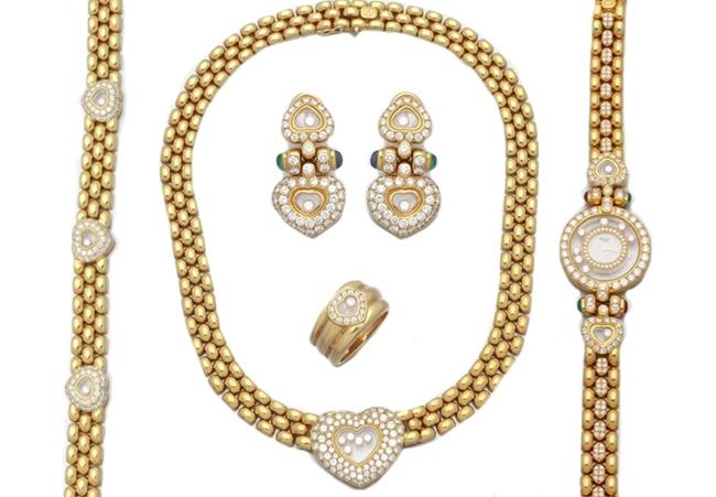 CHOPARD - Links: Armband | Mitte: Collier | Innen oben: Paar Ohrclips | Innen unten: Ring | Rechts: Damenarmbanduhr