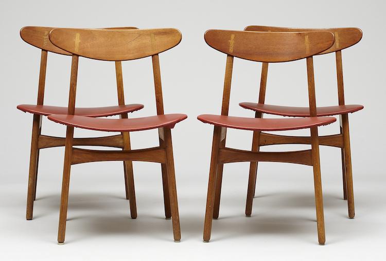"""Stolar, fyra stycken """"CH-30"""" av Hans J. Wegner för Carl Hansen & Søn. Teak och ek. Fast stoppad sits klädd i konstläder. Utropspris: 4 000 SEK"""