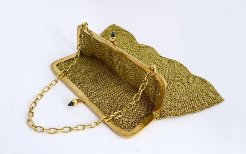 Delicado bolsito antiguo de malla en oro amarillo (circa 1.900)