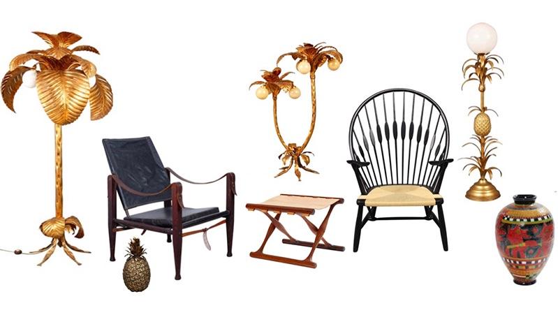"""Links: Stehlampe in Form einer Palme, 1960er Vorne links: FREDDO THERM - Eisbehälter in Form einer Ananas, 1960er Mitte links: KAARE KLINT - """"Safari Chair"""", 1937 Mitte: POUL HUNDEVAD - Klapphocker """"Guldhøj"""" Hinten: Stehlampe in Form einer Palme Mitte rechts: HANS J. WEGNER - Stuhl """"Peacock"""", 1947/1980er Hinten rechts: Stehlampe in Form einer Ananaspflanze, 1960er Vorne rechts: LENE REGIUS - Vase """"Tribe Talk"""", 2016"""