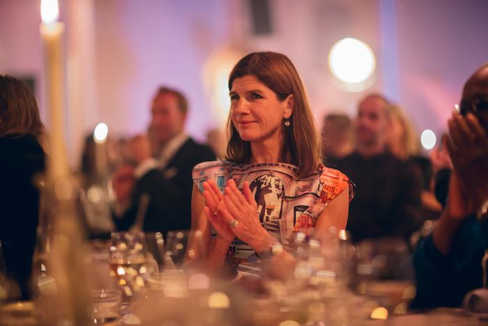 Ingrid Leffler, vd för Spritmuseum kom i en av kvällens snyggaste klänningar med olika Stockholmsmotiv