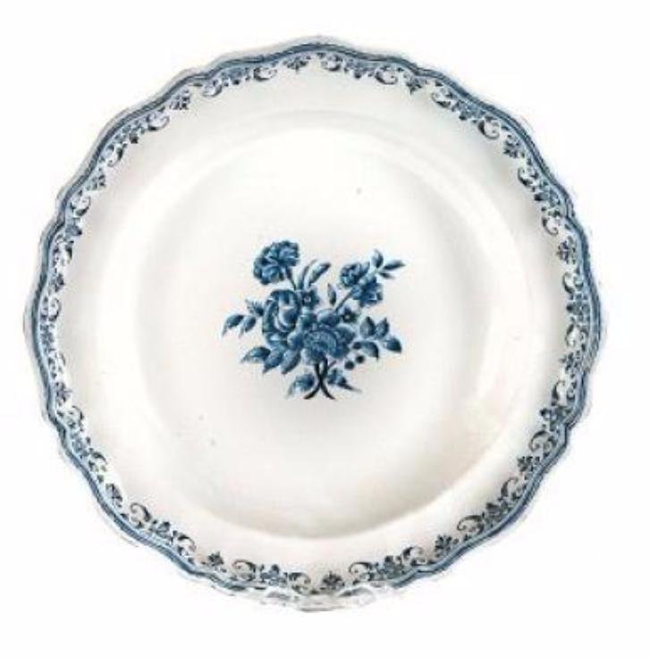 Paire d'importants plats ronds à bord mouvementé. Décor bleu d'un bouquet central de fleurs de solanées. Aile à dentelle. Epoque XVIIIème siècle.