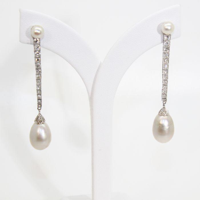 Boucles d'oreilles avec perles naturelles d'environ 10 × 15 mm, platine, diamants de 3 cts – d'environ 1930 – certifiées