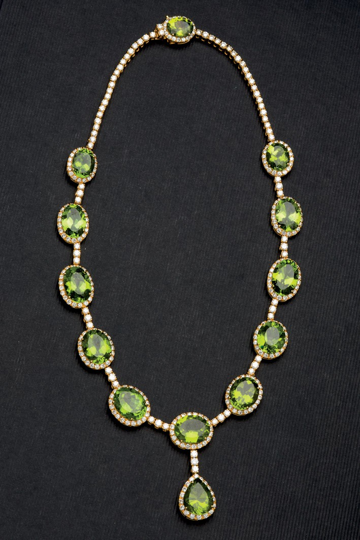 Lote 328: Collar de oro peridotos y brillantes. Precio de salida: 27.500 €
