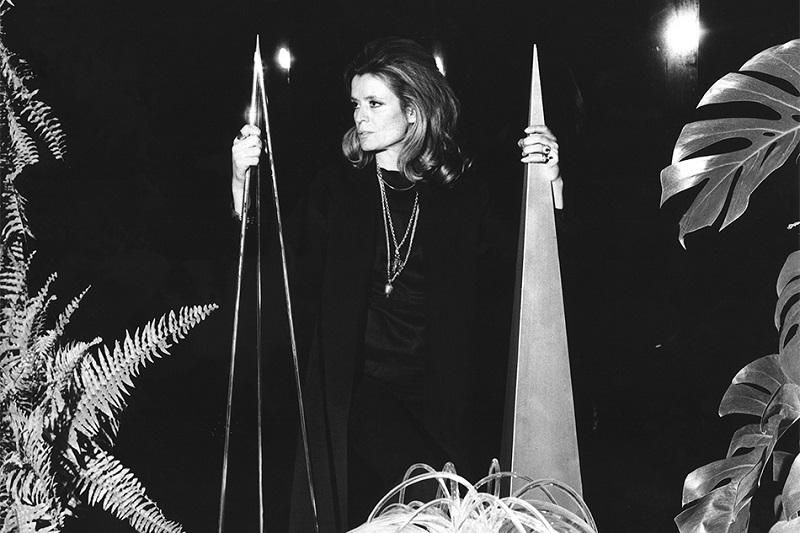 """Gabriella Crespi con sus esculturas """"Obelisk""""."""