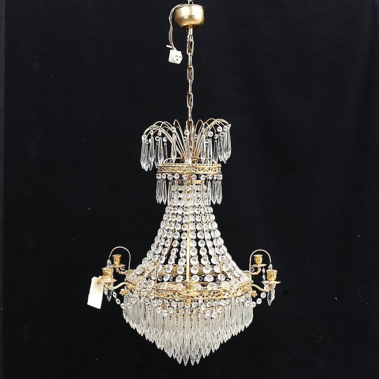 LJUSKRONA, gustaviansk stil, 1900-tal, höjd ca 100 cm. Utrop: 2.500 sek. Auktionshuset Thelin & Johansson