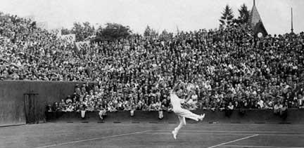 Le joueur français Jean Borotra sur le court central de Roland-Garros à Paris, le 30 juillet 1932 Image: AFP