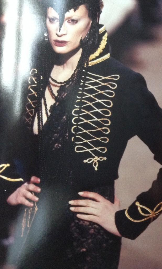 Alexander McQueen i en svart jacka med inspiration från militärens uniformer.