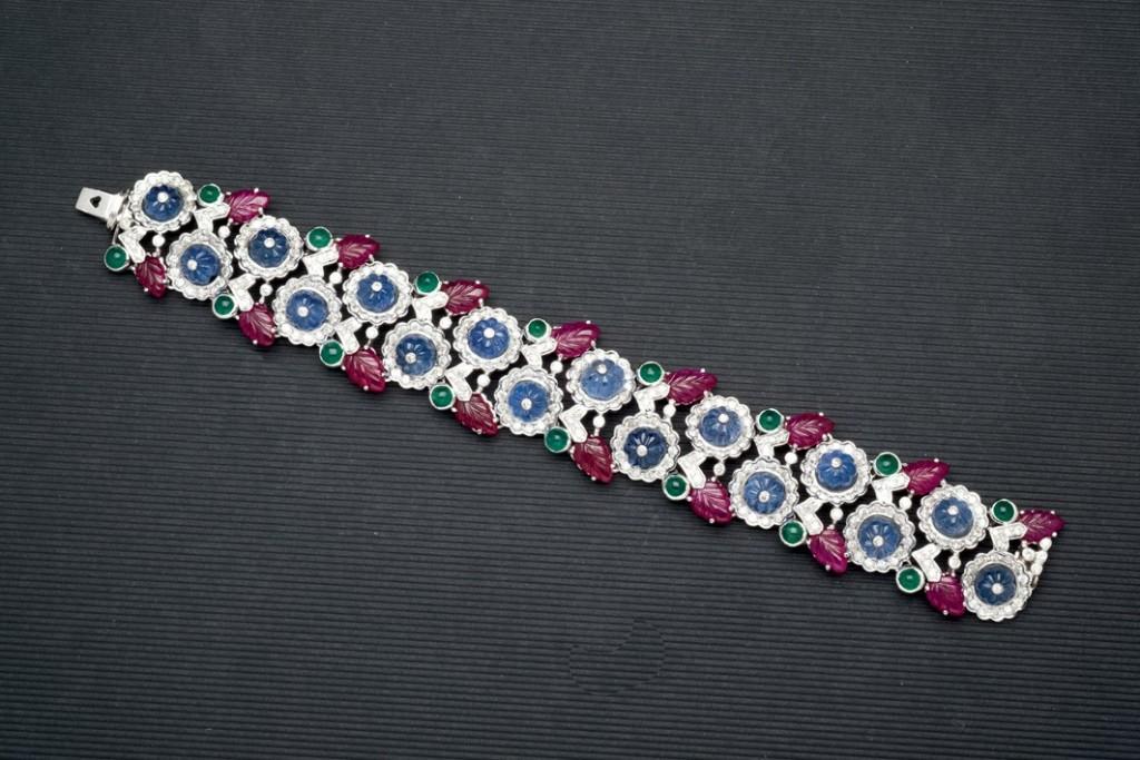 Armband aus WG mit Brillanten, Rubinen, Saphiren und Smaragden