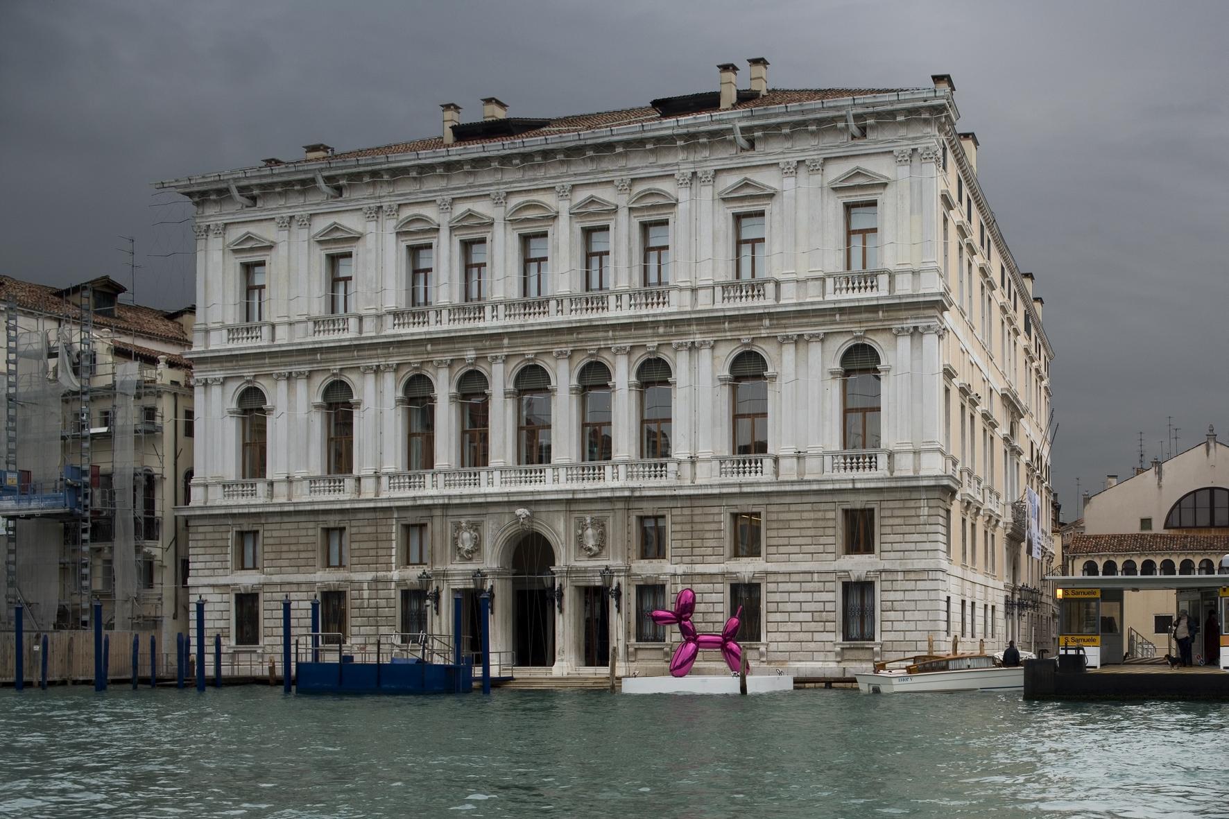 Jeff Koons au Palazzo Grassi, Venise Image via quitecontinental.net