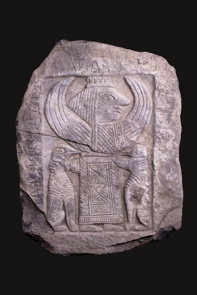 Relief mit einer Votiv-Inschrift an Artemis Orthia, 55x41x7,5 cm, Sparta 7.-6. Jh. v. Chr. Schätzpreis: 150.000-200.000 GBP (172.080-229.400 EUR)