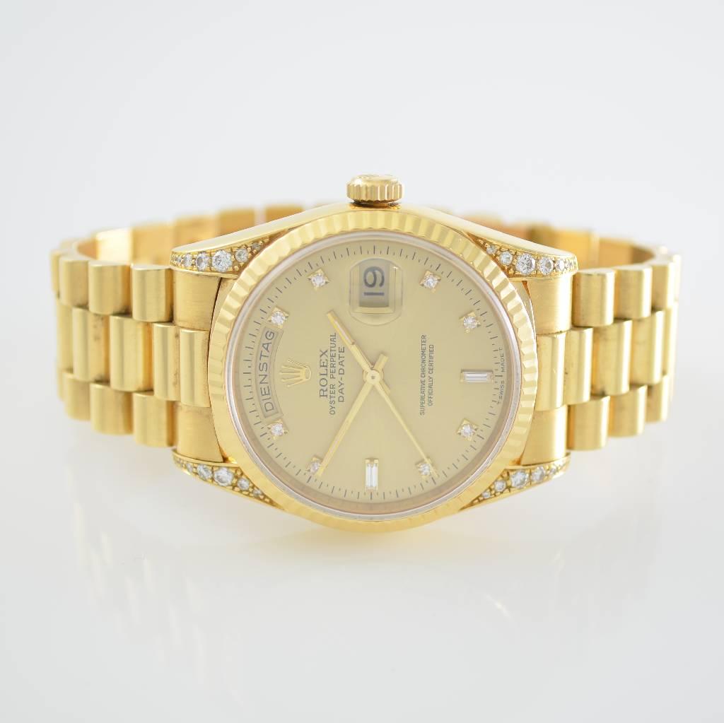 ROLEX Herrenarmbanduhr Der Oyster Perpetual Day-Date-Chronometer ist eine ganz besondere Uhr. Angezeigt werden Tag und Datum, Stunden, Minuten und Zentralsekunden; eingebettet in Gelbgold mit Diamantbesatz. Schätzpreis: 6.000 - 15.000 EUR. Henry's Auktionshaus