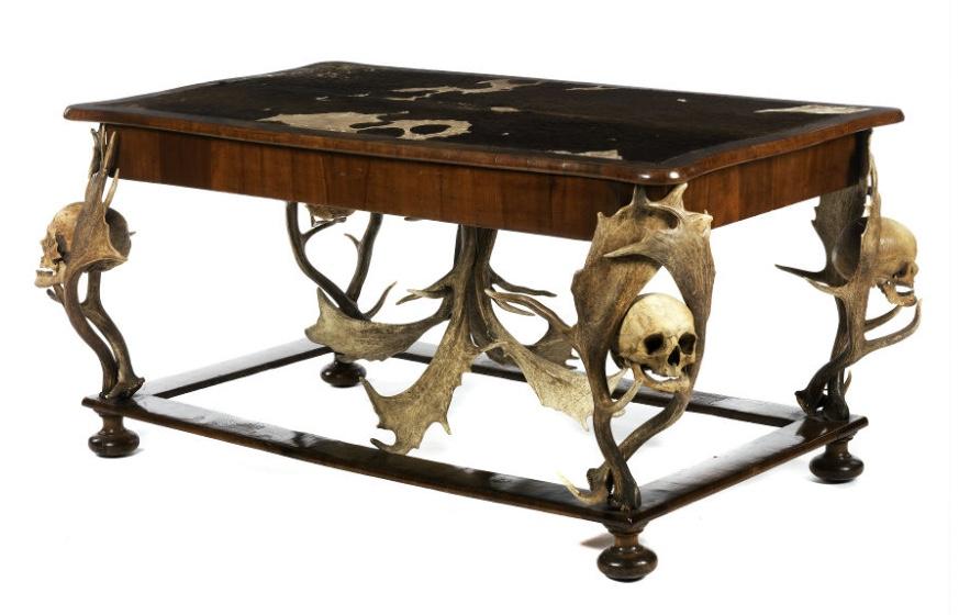 Wohl FRANTISEK RINT - Außergewöhnlicher Tisch, Nussbaum furniert, mit menschlichen Schädeln, 78 x 90 x 158 cm, Böhmen um 1870 Schätzpreis: 35.000-45.000 EUR