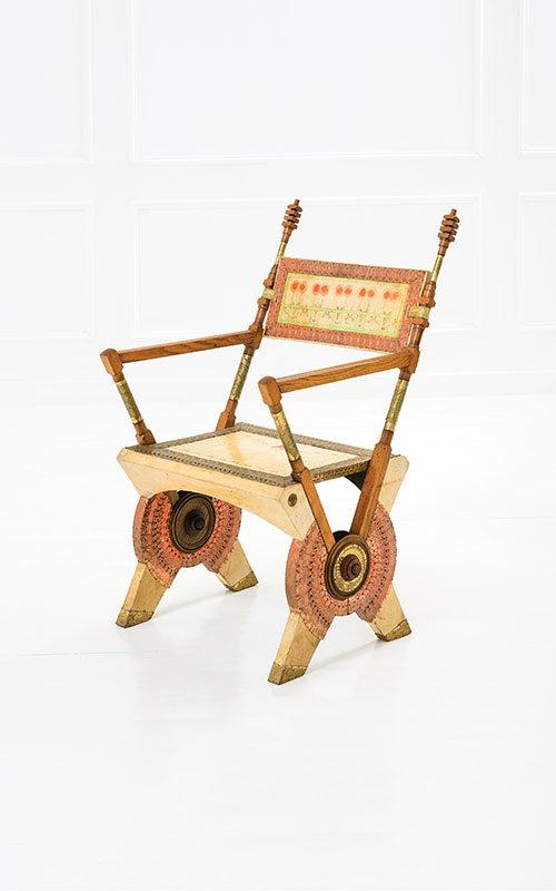 CARLO BUGATTI - stol, ek, valnöt, mässing, koppar. C. & C. Bugatti, Milano c.1902. Utropspris: 168,000 SEK. Della Rocca.