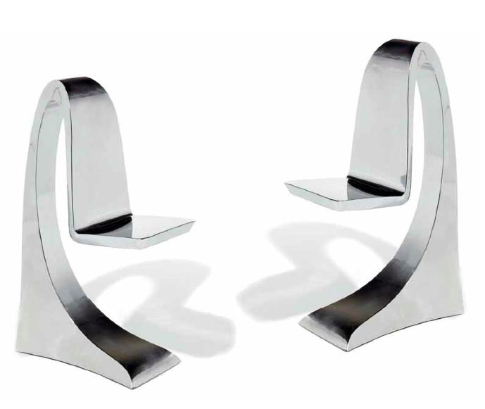 """Paire de chaises sculptures """"Requin"""", 2009. Structure en acier inox poli miroir, à assise suspendue. Guillaume Piéchaud Estimation: 5 000/8 000 €"""