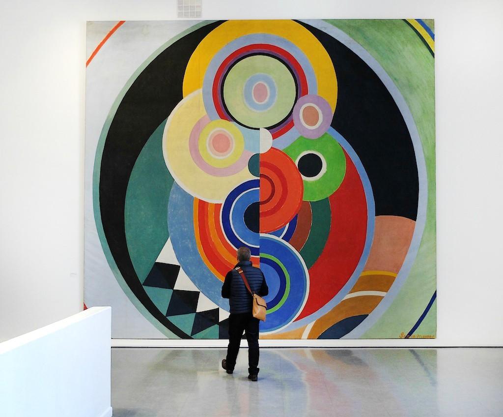 Besucher vor einem Gemälde von Sonia Delaunay | Foto via Canalblog