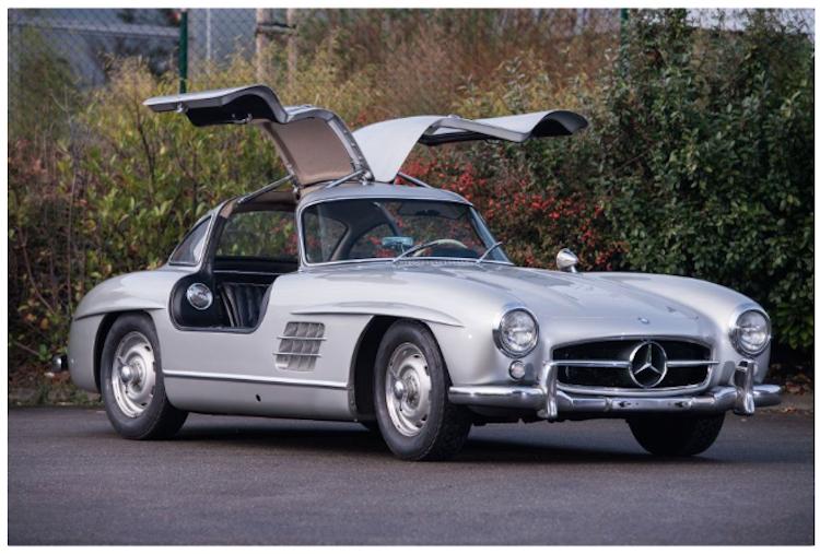 """1955 Mercedes Benz 300 SL """"papillon"""". """"Butterfly""""-vingarna var från början inte för syns skull, utan var konstruerade för att maximera styrkan på bilen. Detta, som till början var ett tvång, kom senare att bli en ikonisk egenskap förknippad med bilen. Utropspris 11 300 000 SEK. Artcurial"""