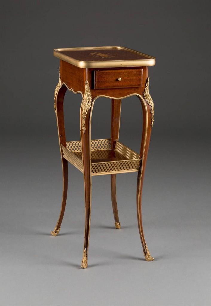 HENRY DASSON (1825 Paris - 1896 ebenda) - Bedeutender Beistelltisch, Mahagoni-Furnier mit Intarsien und vergoldeter Bronze, 70 x 35 x 27 cm, Paris, Frankreich 1883 Limitpreis: 1.200 EUR