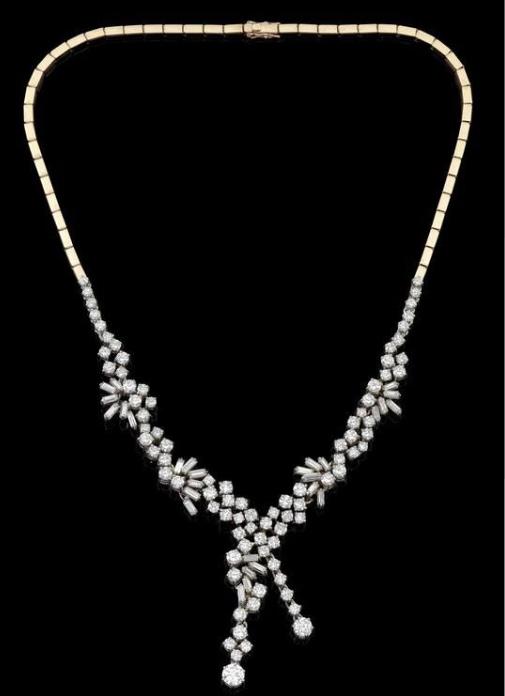 Collier aus Weißgold mit Brillanten und Diamanten im Baguetteschliff (zus. ca. 16 ct) Rufpreis: 8.000 EUR
