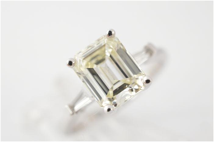 Vit guldring med diamant. Utrop: Hos catawiki
