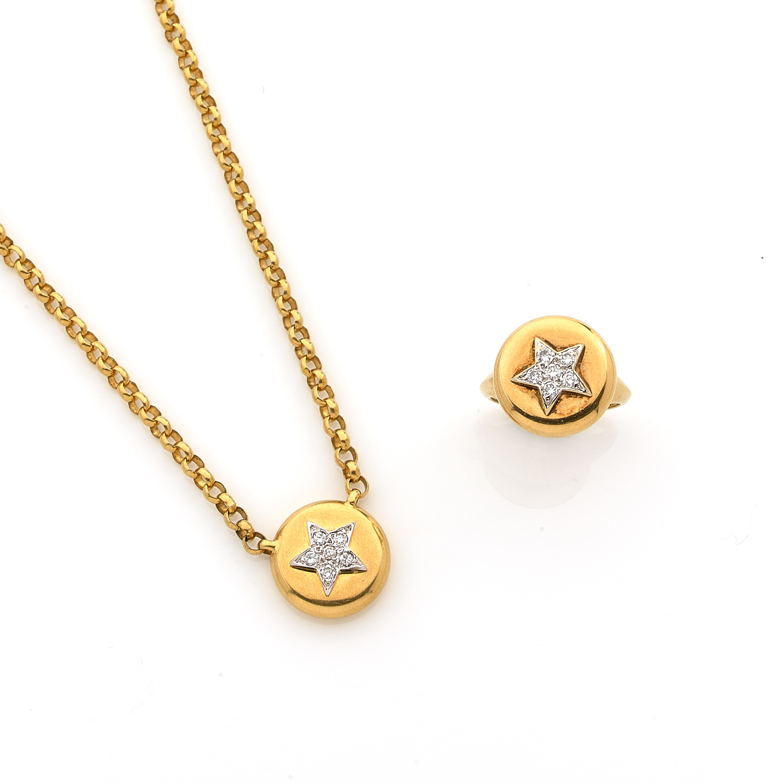 """TABBAH  Parure, modèle """"BERET""""  Elle se compose d'une Bague ronde et d'un pendentif rond plaqués d'une étoile sertie de diamants taille brillant.  Tajan"""