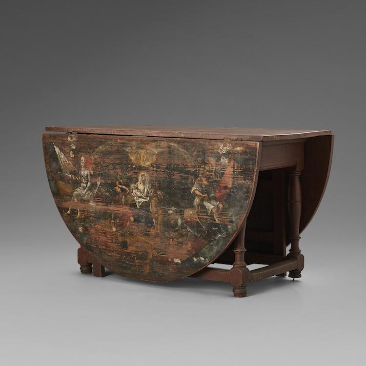Slagbordet från 1700-talets slut, tillverkat i Småland har vackra bemålningar på klaffarna med allegoriska målningar föreställande Jesu födelse respektive Jesu uppståndelse. Målningarna är från 1794 av Pehr Hörberg och utropet är 60-80 000 kronor