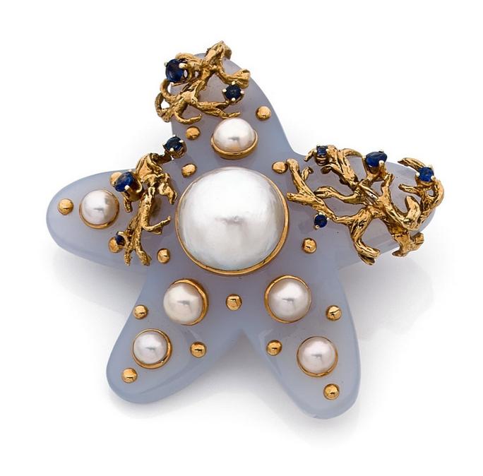 Broche étoile de mer  En calcédoine ornée d'algues d'or jaune piquées de saphirs et de perles de culture.  Signée Seaman Schepps