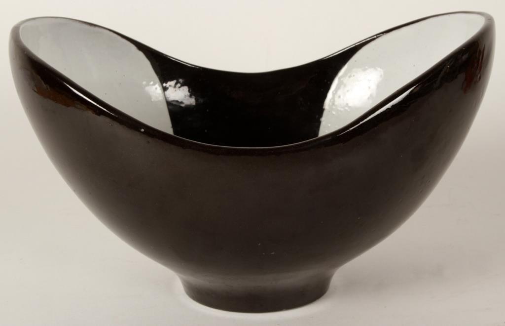 Ovanlig skål från Upsala Ekeby av Hjördis Oldfors