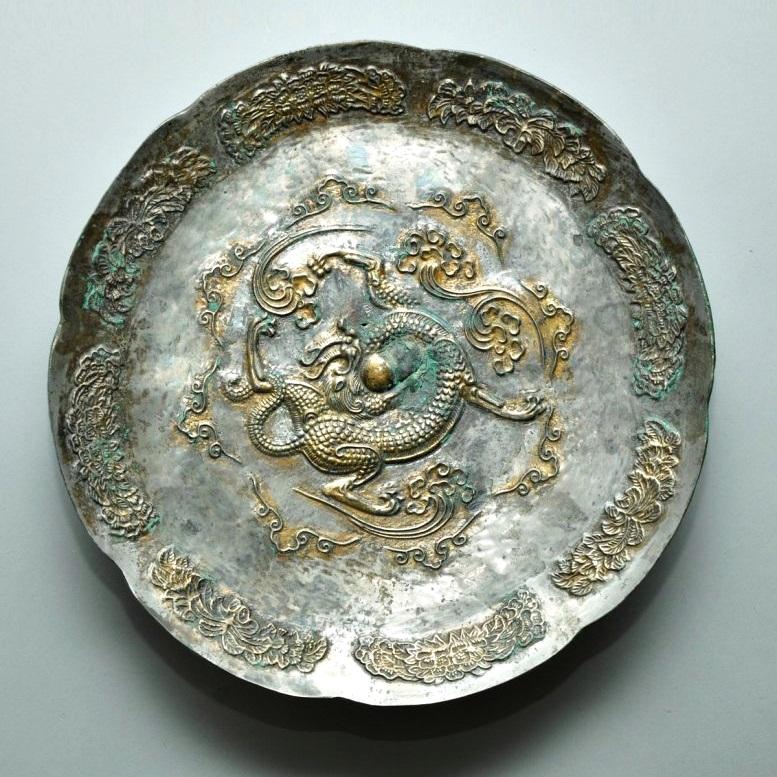 Plato con un dragón persiguiendo a una perla. Dinastía Tang (1368-1644)