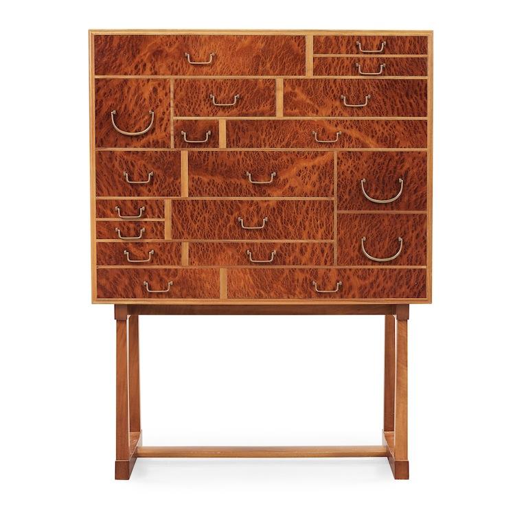 """""""Nationalmuseiskåpet"""" av Josef Frank har sitt ursprung i barocktidens kabinettskåp. Det rotfanerade skåpet har ett utrop på 80-100 000 kronor"""