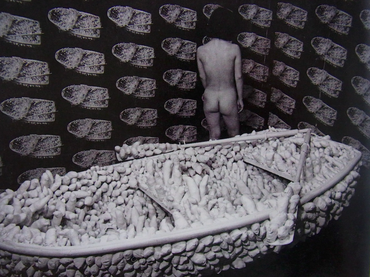 "Yayoi Kusama, ""Aggregation, One Thousand Boat Show"", 1963, Gertrude Stein Gallery, NY, immagine via mrexhibition.net"
