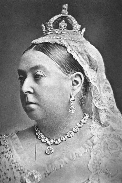 La Reina Victoria con la corona hecha por Garrard en 1870
