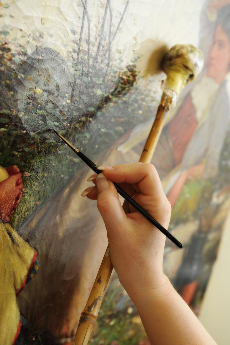 Anna Bronzani Catellani är fingerfärdig i sitt hantverk när hon avlägsnar smuts, eller plockar fram en signatur