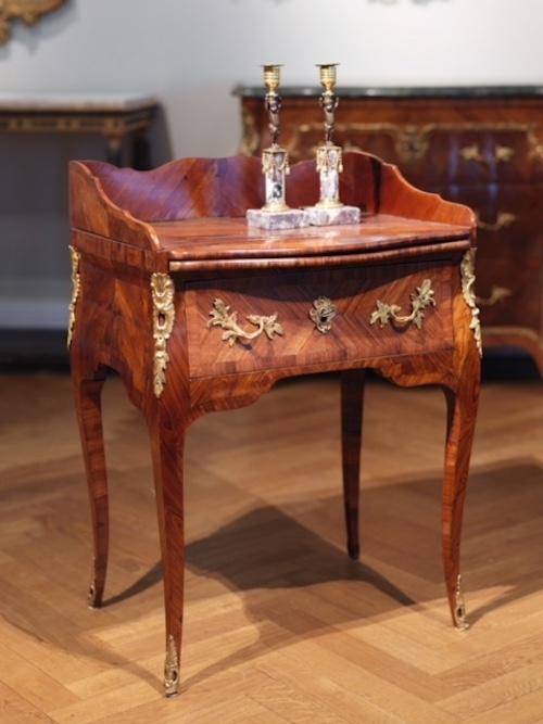 Nattduksbordet i bästa rokoko är tillskrivet L. Nordin fanerat med jakaranda