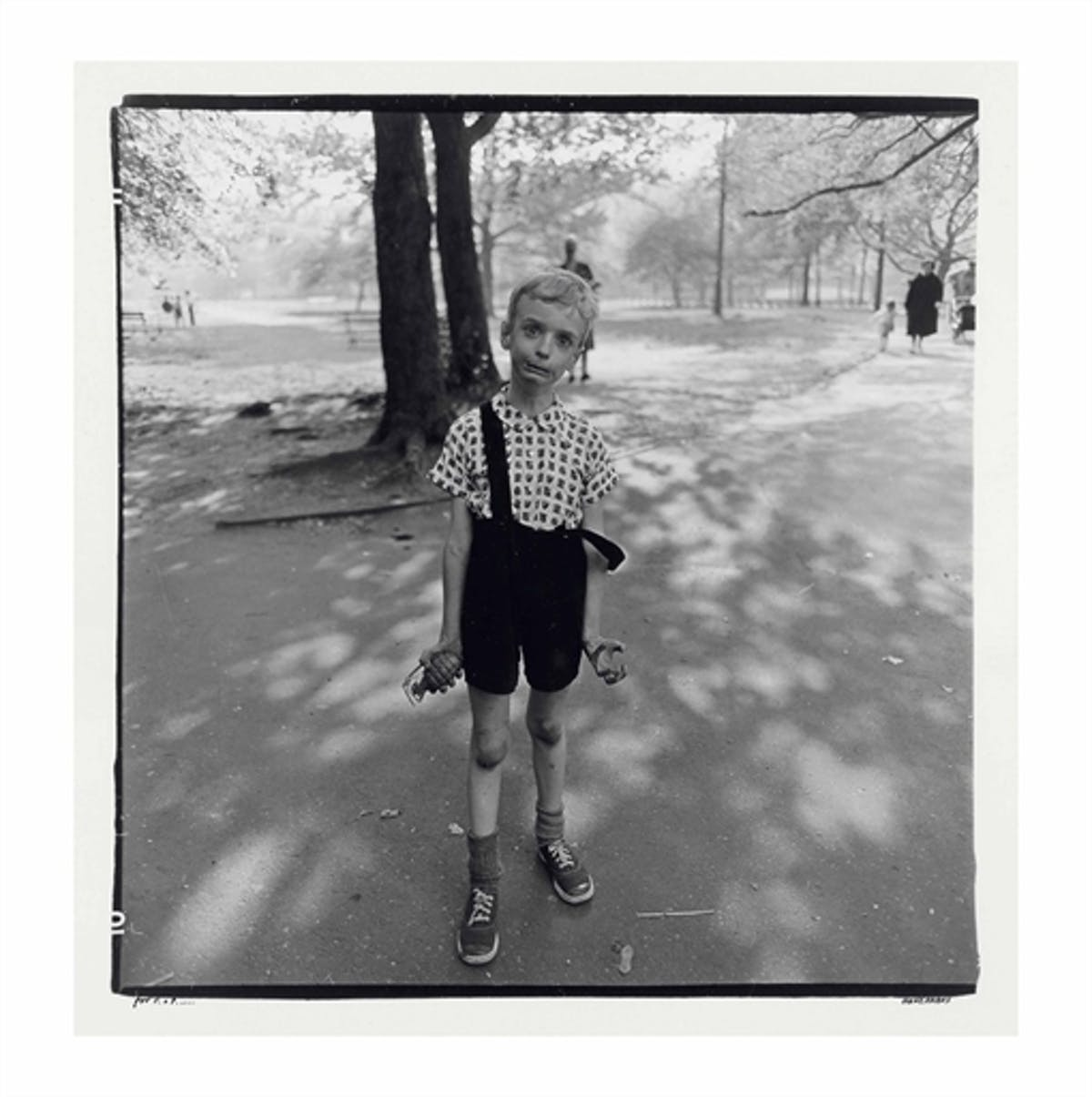 """Diane Arbus, """"Child with a toy hand grenade in Central Park, N.Y.C., 1962"""". Foto: Christie's."""