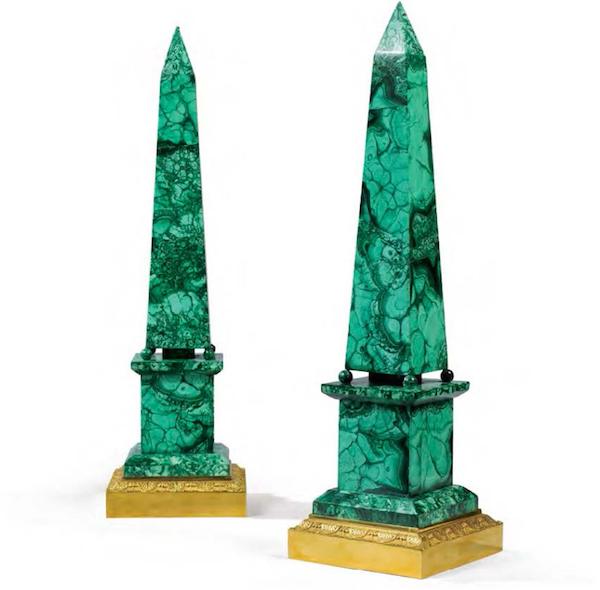 Pareja de obeliscos en malaquita de estilo neoclásico de la década de 1800. Precio estimado: 6.000-10.000 € en Leclere de París