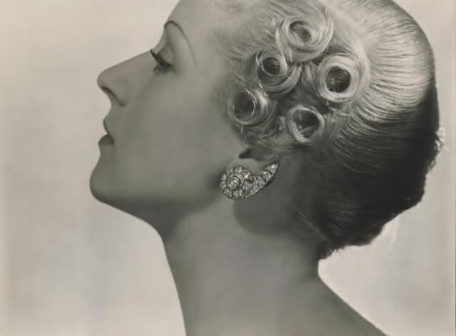 Modell med diamantörhängen, 1934. Bild: Livejournal