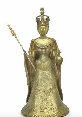 伊莉莎白女王二世雕塑 仿照坐全長,持有主權的王權寶球和權杖,身穿加冕長袍,嘉德勛位和帝國的皇冠寶石,寶石包括藍寶石、祖母綠、紅寶石、珍珠和青金石,在長袍的裙子簽名'R. Signorini'。