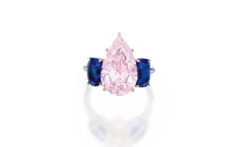 Magnificent Platinum, 18 Karat Gold, Fancy Purplish Pink Diamond and Sapphire Ring. Såldes för drygt 21 miljoner SEK.