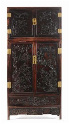 Zitan och Huanghuali-kopplingsskåp med fint snidade paneler, Kina, Qing-dynastin. Utrop: 417 000 SEK Cambi