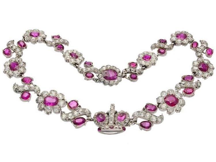Collier, 14K vitguld, 34 burmesiska obehandlade rubiner ca 28,00 ctv, certifikat från American Gemological Laboratories Nr CS 66544, 159 gammalslipade diamanter ca 20,00 ctv, ca W-CR(H-J)/SI, några enstaka piqué, längd 35 cm, vikt 55,4 g, smycket går att dela upp och användas som två armband. Utrop: 1 000 000 SEK Kaplans Auktioner