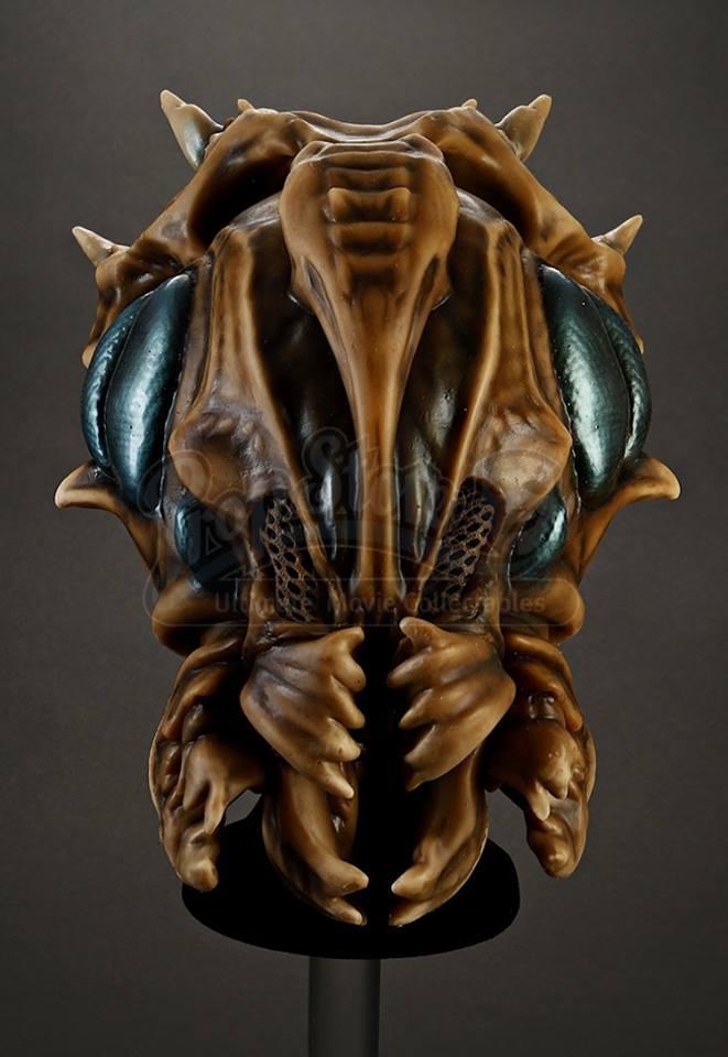 """I filmen rekryteras Ender för att leda den internationella flottan mot den utomjordiska rasen kallad Formics. Denna mask är matchas med masken som används i scenen där Enders bror, Peter (Jimmy """"Jax"""" Pinchack) utmanar Ender att spela """"formics and astronauts"""" i scenen då precis harlämnat militärskolan."""