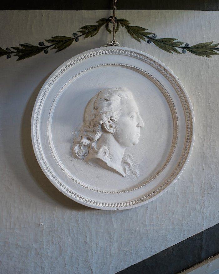 """JOHAN TOBIAS SERGEL, MEDALJONG, FÖRESTÄLLANDE NILS SILFVERSCHIÖLD (1753–1813) 1786. Gips. Signerad """"Sergell f: 1786"""". Diam 65 cm. FÖLJERÄTT Nej PROVENIENS Säbylund, Närke. UTROPSPRIS 20 000 - 25 000 SEK/2 070 - 2 587 EUR"""