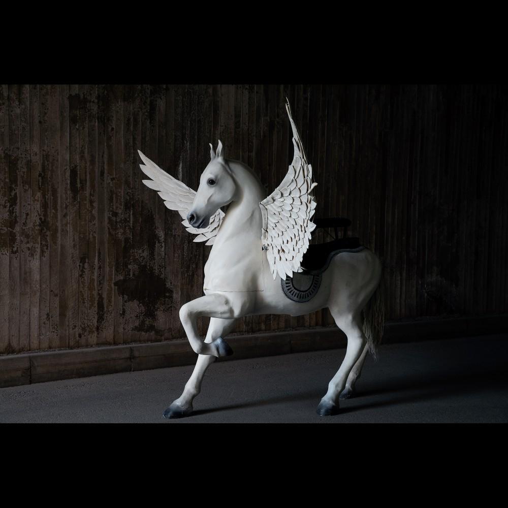 Den bevingade hästen Pegasus användes i operan Orlando som hade premiär 2000 på Operan med scenografi av Lars-Åke Thessman. Den fullskaliga hästen har vingar som går att vända. Utropet ligger på 80 000-100 000 kronor