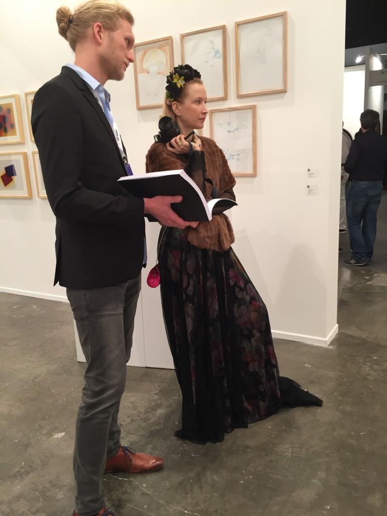 Oona Chanel klädd i vintage samtalar om konst.