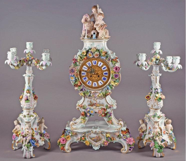 MEISSEN - Große Prunkpendule mit 2 Beistellern, verziert mit Blüten und Putten, polychrom bemalt, H: ca. 78 cm bzw. 57 cm, 2. Hälfte 19. Jh. Startpreis: 22.000 EUR