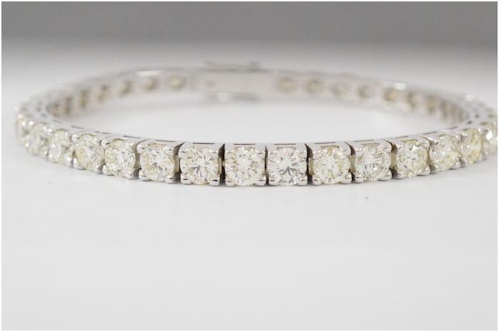 Vitt guldarmband med 35 diamanter, totalt 16,5 karat. Auktionen avslutas den 20 december 20.00. Utrop: 307.000 SEK