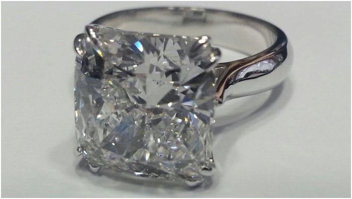 Guldring i vitt guld med 7,5 karats diamant. Auktionen avslutas 20 december 20.00. Utrop: 2.790.000 SEK
